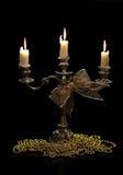 Винтажный подсвечник с горящими свечами и орнаменты рождества золотые чернят предпосылку Стоковая Фотография RF
