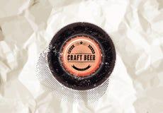 Винтажный плакат пива стиля grunge с предпосылкой скомканной бумаги верхняя часть конца бутылки предпосылки вверх по белизне Ярлы Стоковая Фотография RF