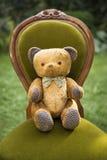 Винтажный плюшевый медвежонок с бабочкой Стоковая Фотография RF