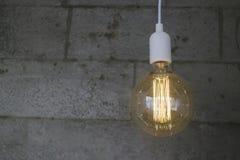 Винтажный раскаленный добела тип шарик Edison на серой стене стоковая фотография rf
