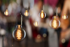 Винтажный раскаленный добела тип шарики Edison и отражения окна Стоковые Фото