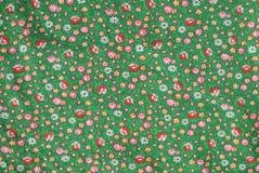 Винтажный реальный хлопок 1960s ткани изумрудно-зеленый с красными розами и желтой картиной цветка Стоковое Изображение