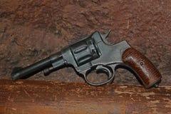 Винтажный револьвер на грубой предпосылке Стоковые Изображения RF