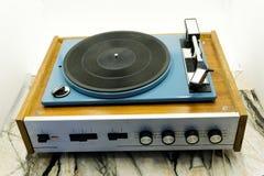 Винтажный рекордный игрок при тюнер радио изолированный на белой предпосылке стоковая фотография rf