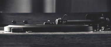 Винтажный рекордный игрок снятый в черно-белом стоковые фотографии rf