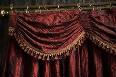 Винтажный ретро красный занавес, ткань в театре крыто стоковое изображение rf