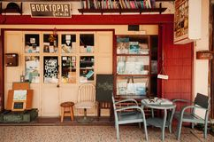 Винтажный ретро местный книжный магазин с деревянными стульями и таблица в Tha стоковое изображение