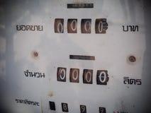 Винтажный ретро распределитель топлива стиля в бензоколонке в ТАИЛАНДЕ Стоковые Изображения RF
