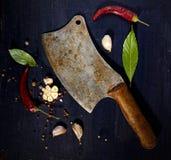 Винтажный дровосек, лист залива, красный пеец, чеснок и другие специи специй Стоковое фото RF