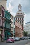 Винтажный розовый автомобиль в Гаване Кубе стоковое изображение rf