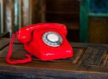 Винтажный роторный красный телефон Стоковая Фотография