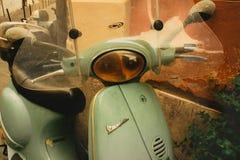 Винтажный самокат Vespa в Риме стоковые изображения rf