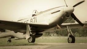 Винтажный самолет пропеллера управляет и поворачивает на след WW2 авиапорта акции видеоматериалы