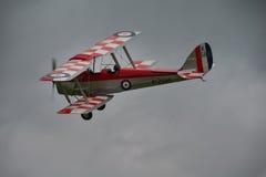 Винтажный самолет-биплан сумеречницы тигра DH82a Стоковые Фото