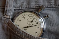 Винтажный секундомер антиквариатов, в белом карманн джинсовой ткани, время измерения значения, старая минута стрелки часов, второ Стоковые Изображения RF