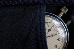 Винтажный секундомер антиквариатов, в черном карманн джинсовой ткани, время измерения значения, старая минута стрелки часов, втор Стоковые Фото