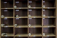 Винтажный сельский шкаф ключа приемной гостиницы с пронумерованными пробочками Стоковые Фото