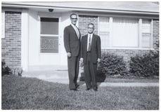 Винтажный снимок: Высокорослый человек краткости человека вне surburban дома стоковое изображение rf