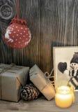 Винтажный состав рождества при подарочные коробки обернутые в бумаге kraft Стоковое фото RF