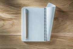 Винтажный спиральный карандаш тетради с прописями на деревянной доске Стоковая Фотография