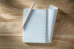 Винтажный спиральный пустой карандаш тетради на деревянной доске Стоковая Фотография