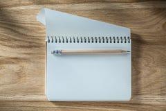 Винтажный спиральный пустой карандаш тетради с прописями на деревянной доске Стоковая Фотография RF