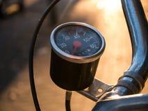 Винтажный спидометр на старом велосипеде Стоковые Изображения RF