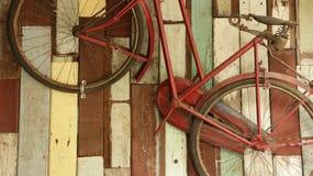 Винтажный старый велосипед на красочной деревянной предпосылке Стоковое Фото