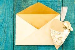 Винтажный старый конверт с предпосылкой сердца голубой деревянной Стоковое фото RF