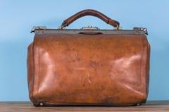 Винтажный старый коричневый кожаный случай стоковые фото