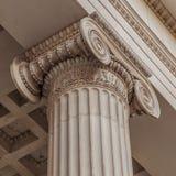 Винтажный старый столбец здания суда правосудия Стоковая Фотография