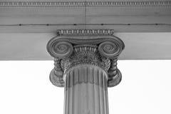 Винтажный старый столбец здания суда правосудия Стоковые Фотографии RF