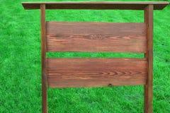 Винтажный старый текстурированный деревянный шильдик на лужайке Стоковая Фотография RF