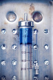 Винтажный стеклянный шприц с лекарством Стоковая Фотография