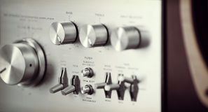 Винтажный стерео фронт тональнозвукового усилителя - обшейте панелями ручку тома Стоковые Фотографии RF