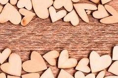 Винтажный стиль деревянных сердец на деревянной предпосылке Счастливое Val Стоковые Изображения RF