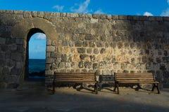 Винтажный стиль тона цвета антиквариата деревянной скамьи с восходом солнца мимо Стоковая Фотография