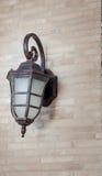 Винтажный стиль уличного фонаря на стене кирпичной кладки стоковые изображения