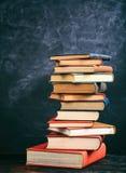 Винтажный стог книг на предпосылке классн классного Стоковая Фотография