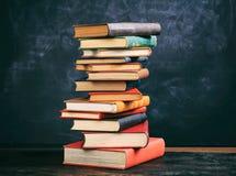 Винтажный стог книг на предпосылке классн классного Стоковая Фотография RF