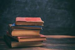 Винтажный стог книг на предпосылке классн классного Стоковые Изображения