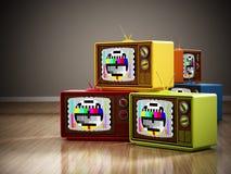 Винтажный стог телевидения стоя на древесине Стоковые Фотографии RF