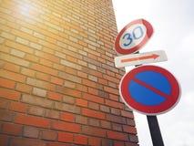 Винтажный столб знака уличного движения на улице Стоковые Фотографии RF