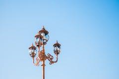 Винтажный столб уличного фонаря Стоковые Фотографии RF