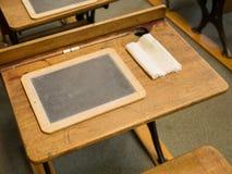 Винтажный стол и шифер школы стоковое изображение rf