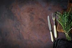 Винтажный столовый прибор цвета слоновой кости на таблице Стоковая Фотография