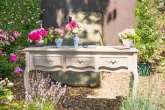 Винтажный стол с цветочными горшками стоковое изображение rf
