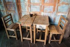 Винтажный стул и таблица стиля стоковая фотография
