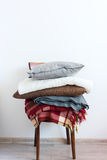Винтажный стул с стеной белизны шотландки крышки подушки стоковые фото