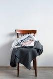 Винтажный стул с стеной белизны шотландки крышки подушки стоковые изображения